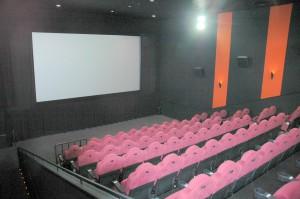 客席98席のシアター3.3つのシアターすべてにペアシート2基、車イススペース1を併設している。