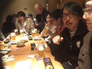 ピンク七福神がそろった飲み会。手前右の横顔が映画批評家の木俣公彦さん、その隣が鎌田義孝監督、テーブル突き当たりが女池充監督、その奥が田尻裕司監督