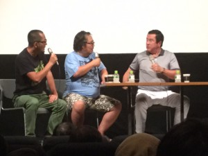 谷隼人さん(右)の話を聞く、杉作J太郎さん(中央)とギンティ小林さん