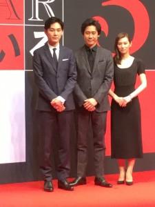 記者会見に臨む、左から松田龍平さん、大泉洋さん、北川景子さん