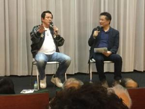 石井輝男監督作品や、その出演者について語る谷隼人さん(左)。右は聞き手の下村健さん